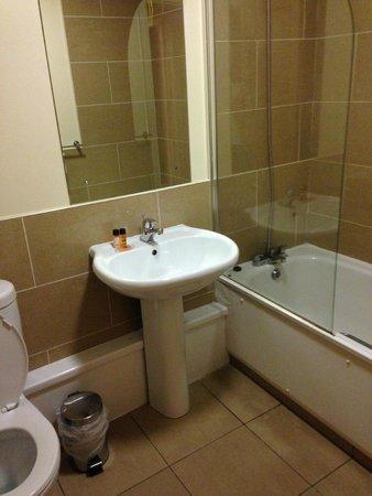 Staycity Aparthotels Saint Augustine St: Bathroom