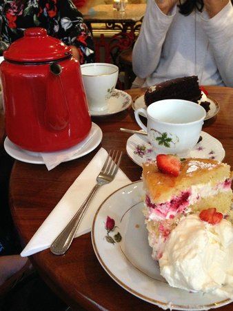 Queen of Tarts: Delicious cake and tea