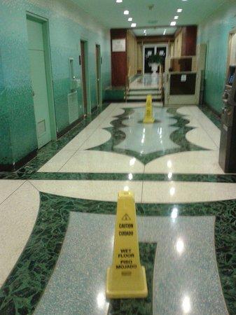 """Miami Beach Resort and Spa: Pavimento sempre bagnato in tutti gli spazi comuni del """"resort"""" a causa dell' escursione termica"""