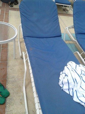Miami Beach Resort and Spa: Stato dei lettini in piscina...non se ne salva uno!!!!