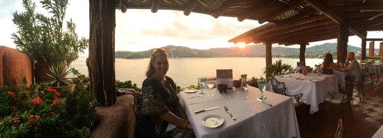 Restaurante Mar y Cielo: Corner table with a view