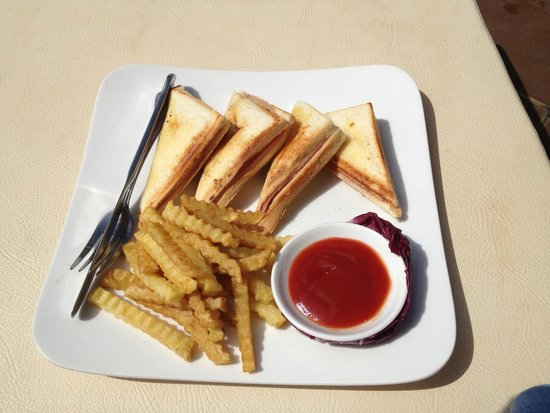 Kiri Boutique Hotel: grilled ham and cheese poolside dining