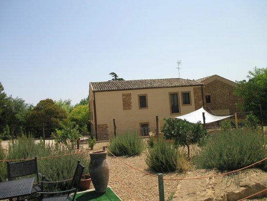 Villa Trigona : Vue de l'hôtel depuis la piscine