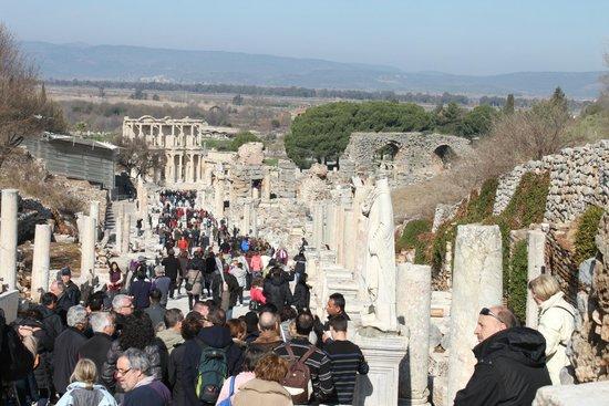 Ancient City of Ephesus: La via che spacca il sito archeologico