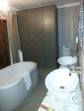 Klip & Kristal Guest House: Bath and just out the door, private outdoor shower.