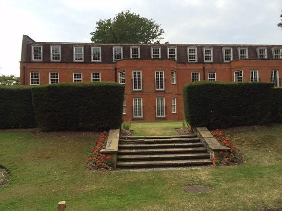 Royal Berkshire Hotel: Bildet er fra parken og viser en av fløyene.