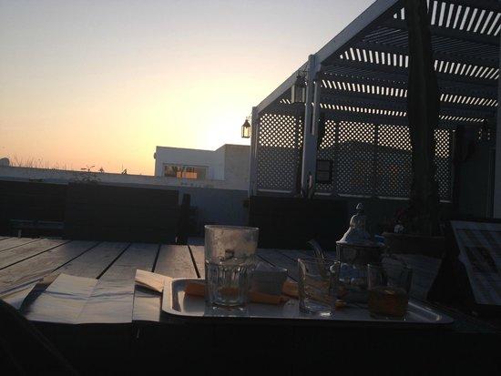 Hôtel Vent des Dunes : La terrasse au couché de soleil