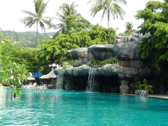 Duangjitt Resort & Spa: lovely waterfall by the main pool