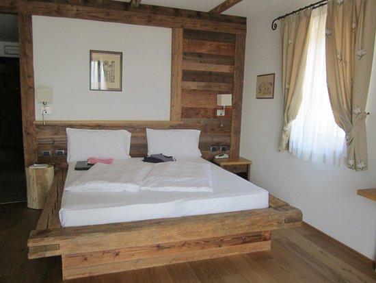 Pineta Naturamente Hotels: Letto matrimoniale suite Arnica