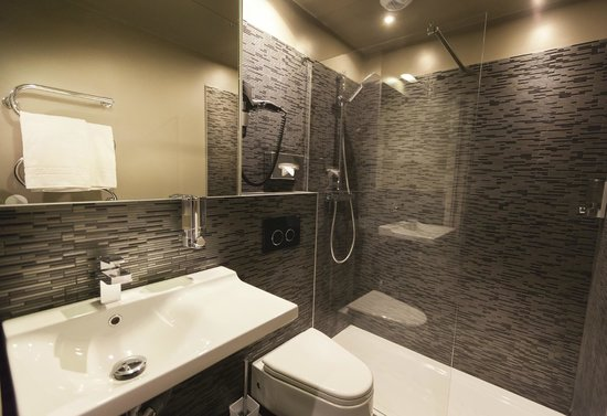 salle de bain picture of hotel helussi paris tripadvisor. Black Bedroom Furniture Sets. Home Design Ideas