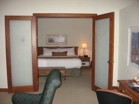 BEST WESTERN Jasper Inn & Suites: View into bedroom, gigantic bed.