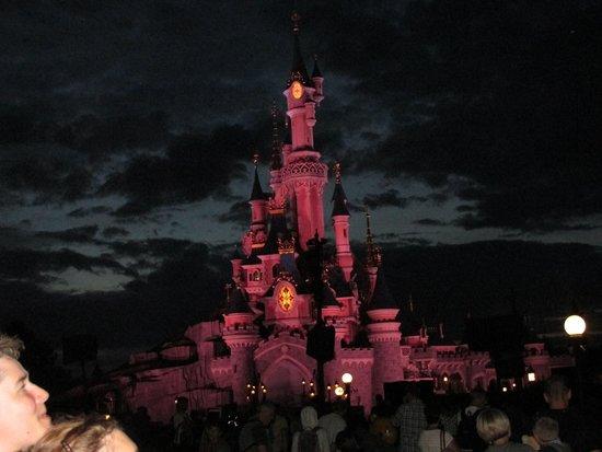 Hôtel l'Elysee Val d'Europe : Disneyland di notte