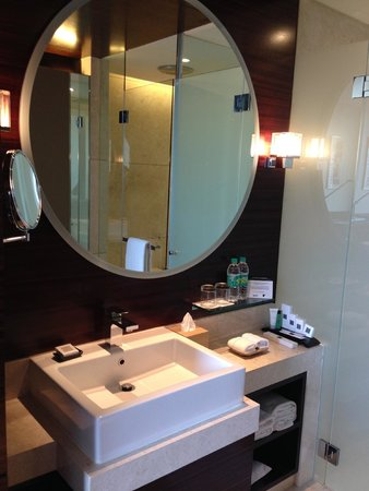 JW Marriott Hotel Pune: Wash basin area