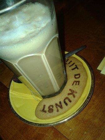 Uit de Kunst : Koffie Verkeerd with home made biscuit