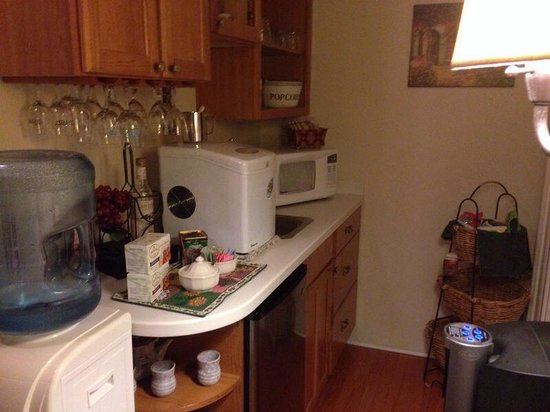 EJ Bowman House Bed and Breakfast: Small kitchenette part of common areas With complementary tea,coffe,drinks..