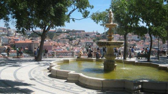 Miradouro Sao Pedro de Alcantara: Fountain provides nice ambience to sit and rest.