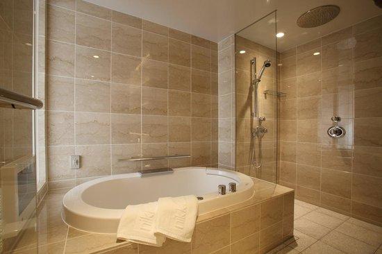 Hotel Nikko Kanazawa : Luxe deluxe hollywood twin bed bathroom