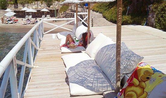 Gundem Resort Hotel: Удобные диваны-лежаки на пирсе