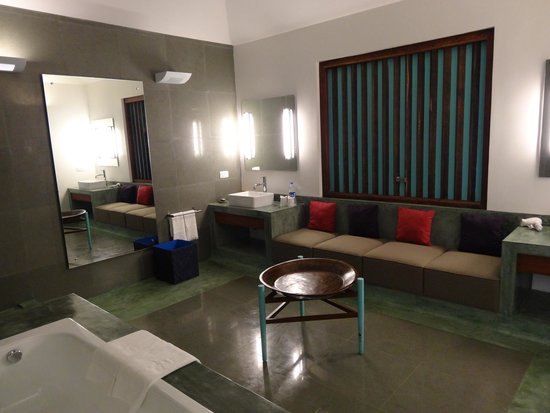 Purity at Lake Vembanad: Our cavernous bathroom