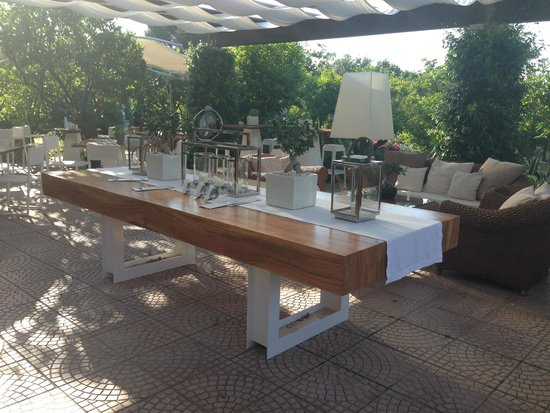 La Medusa Hotel & BoutiqueSpa: sitting area in the garden next to the bar