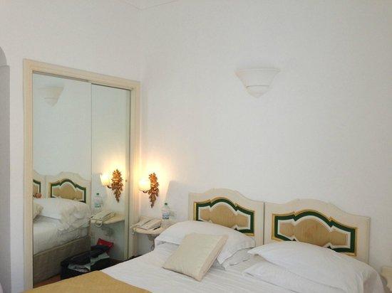 Covo Dei Saraceni: Vista della camera, a stento c'è lo spazio per camminare e non c'è posto per le valige