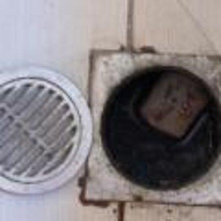 Panorama Sidari: Open drain in bathroom where the top kept coming off