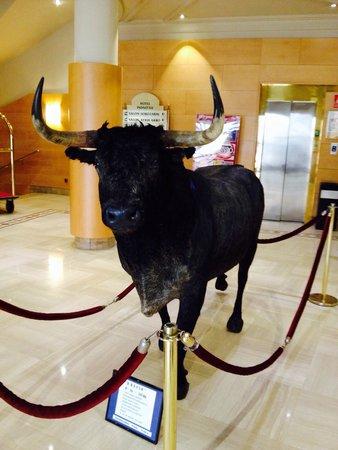 Silken Indautxu Hotel: El toro de la recepción