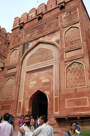 Agra Fort: 入口の城壁の装飾が見事