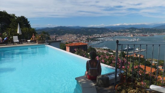 Le Ville Relais: Does this pool have a view or what?