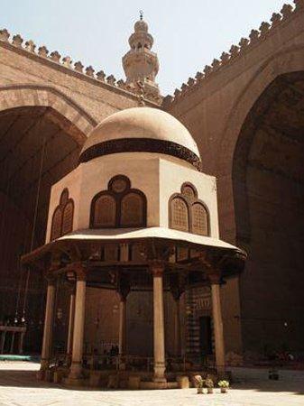 Mosque and Madrasa of Sultan Hassan : 中庭のモニュメント