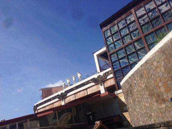 Hard Rock Hotel Bali: Help statues on Starz Diner roof