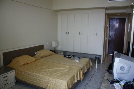 Aquarium View Hotel: Our room