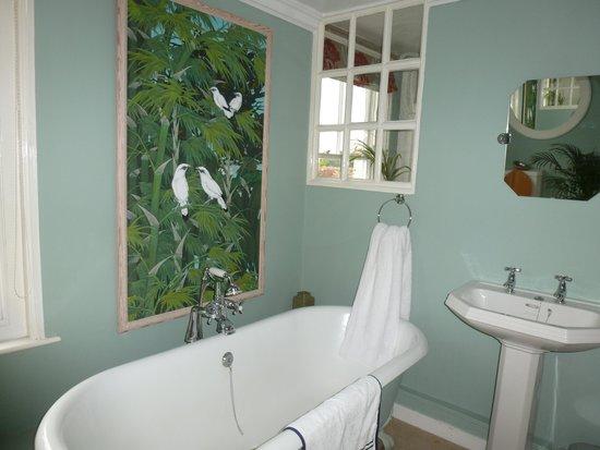 Little Dane Court : More bathroom