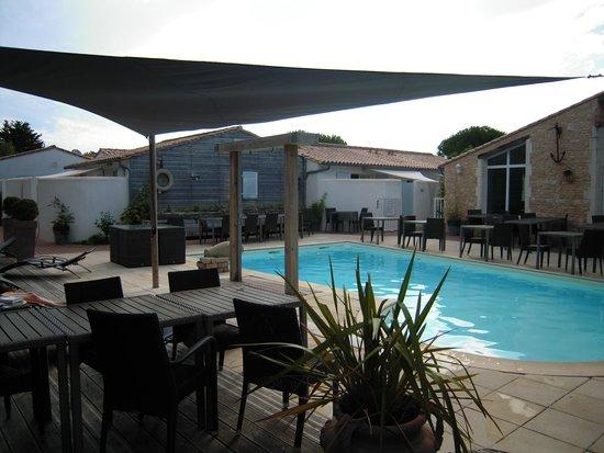 Hotel Restaurant & SPA Plaisir : La piscine et ses abords