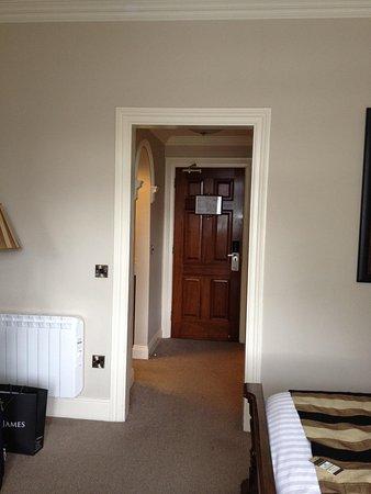 International Hotel Killarney: Hallway with dressing room and bathroom