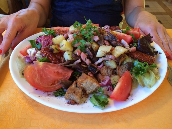Hotel Restaurant Bain: Salade paysane ÉNORME