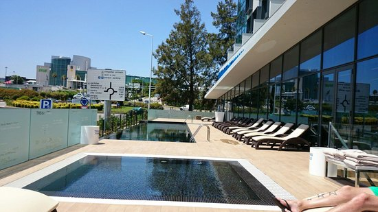 TRYP Lisboa Aeroporto Hotel: Piscine extérieure