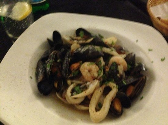 Al Dente Restaurant: Seafood mussels and squid appetizers