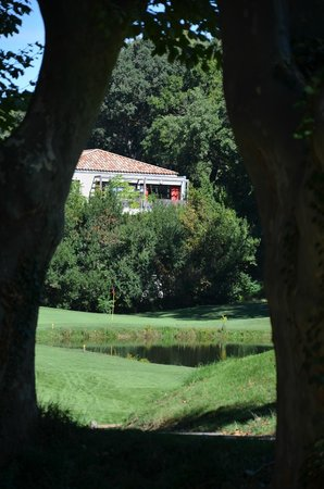 Moulin de Vernegues Chateaux Hotels Les collectionneurs: vue sur la chambre depuis le domaine