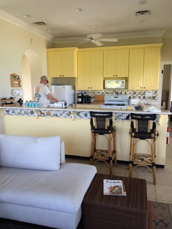 Fowl Cay Resort : Spacious kitchen in Lindon