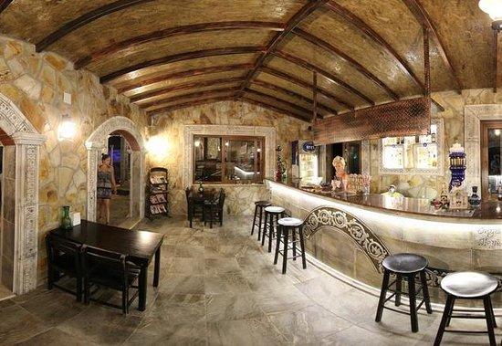 Atilla's Getaway: bar
