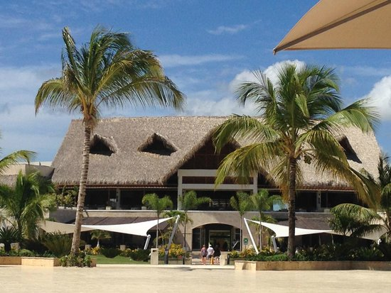 Royalton Punta Cana Resort & Casino: Sight from the pool on the main building
