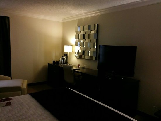 Crowne Plaza, Suffern: TV console and writing desk