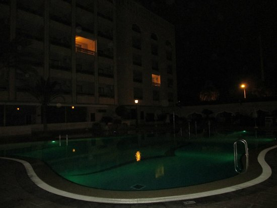 Kn Columbus Aparthotel: Бассейн отеля.