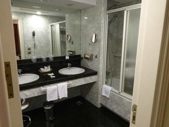 Hotel Liabeny: Baño principal excelente, amplio y comodo