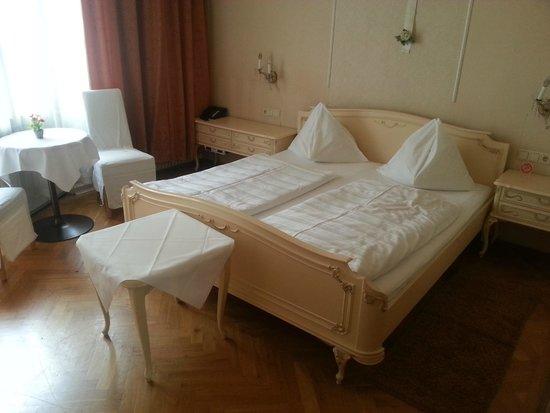 Hotel-Pension Baronesse: ZiNr. 221 mit kleinem Balkon zur Straßenseite