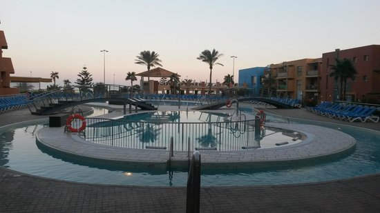 Protur Roquetas Hotel & Spa: View of the pool and lazy river in the evening