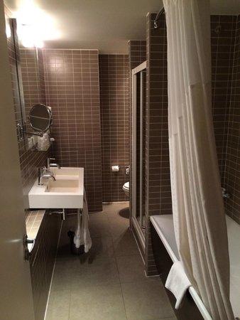 Hotel Holiday Inn Paris Gare Montparnasse: Salle de bains de la suite
