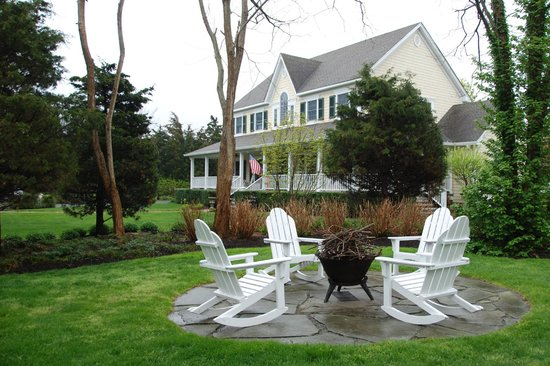 Blue Iris Bed and Breakfast: fire seating area