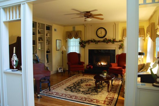 Blue Iris Bed and Breakfast: living room